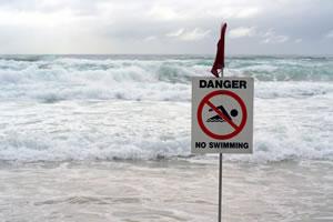 Panneau sur une plage baignade interdite